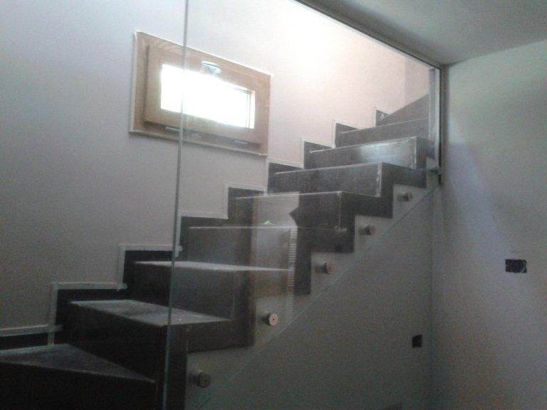 scala con protezione in vetro