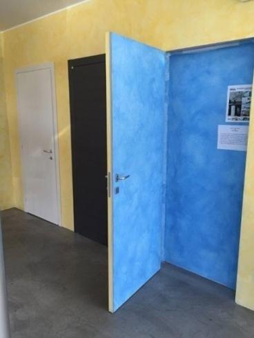 porta aperta verniciata di blu