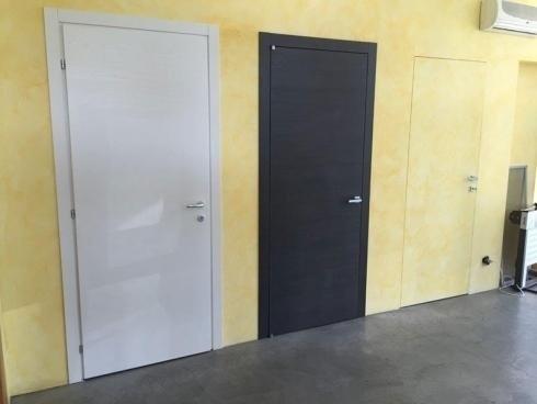 tre porte di color beige nero e bianco