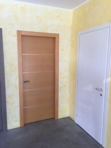 vista frontale di una porta marrone
