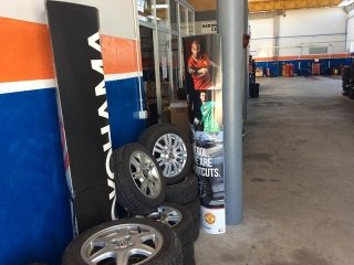 pneumatici auto appoggiati al muro