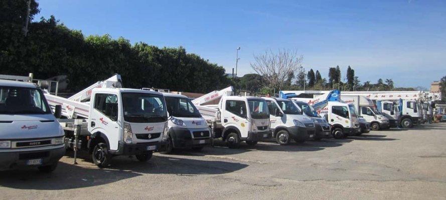 fila di gru per l`edilizia parcheggiate