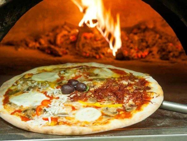 pizza cotta a forno a legna