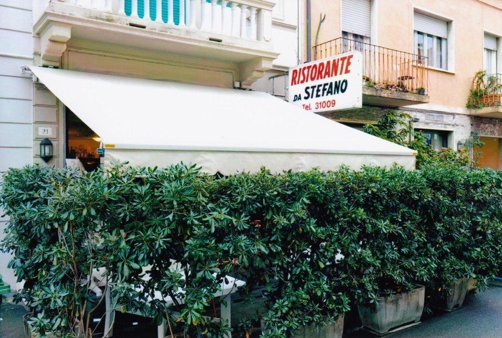 vista frontale di ristorante con tenda da sole