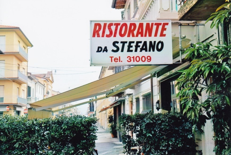 vista esterna di ristorante con giardino e un cartello scritto RISTORANTE DA STEFANO TEL.31009