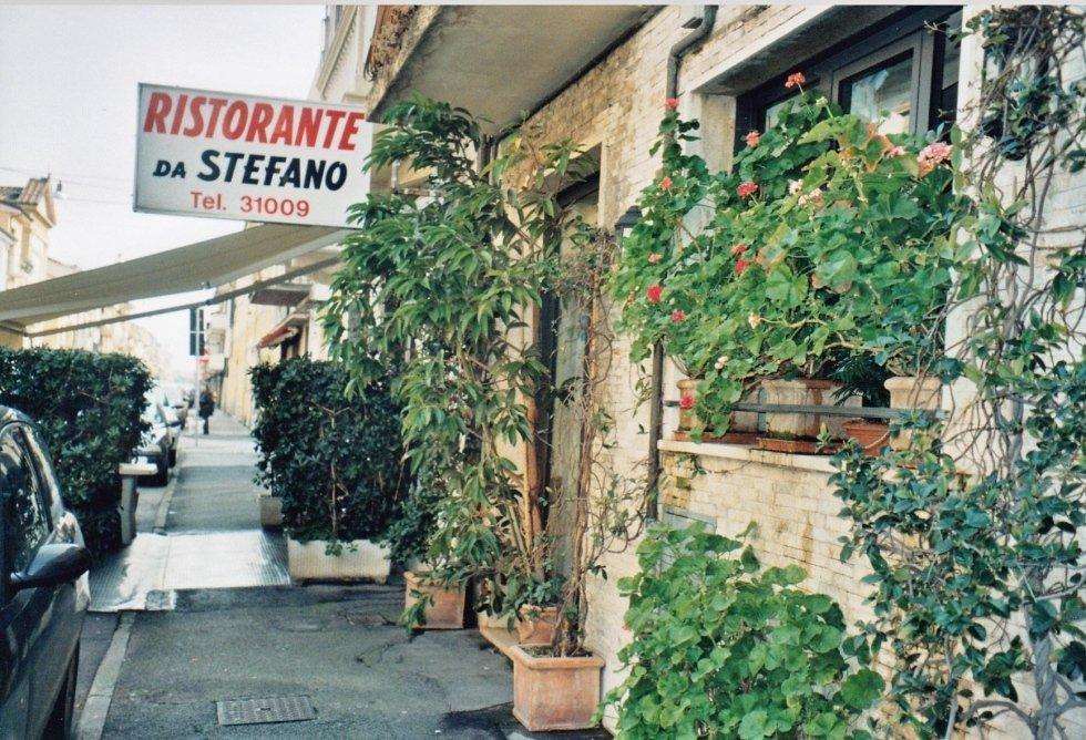 vista esterna di ristorante con cartello scritto RISTORANTE DA STEFANO TEL.31009