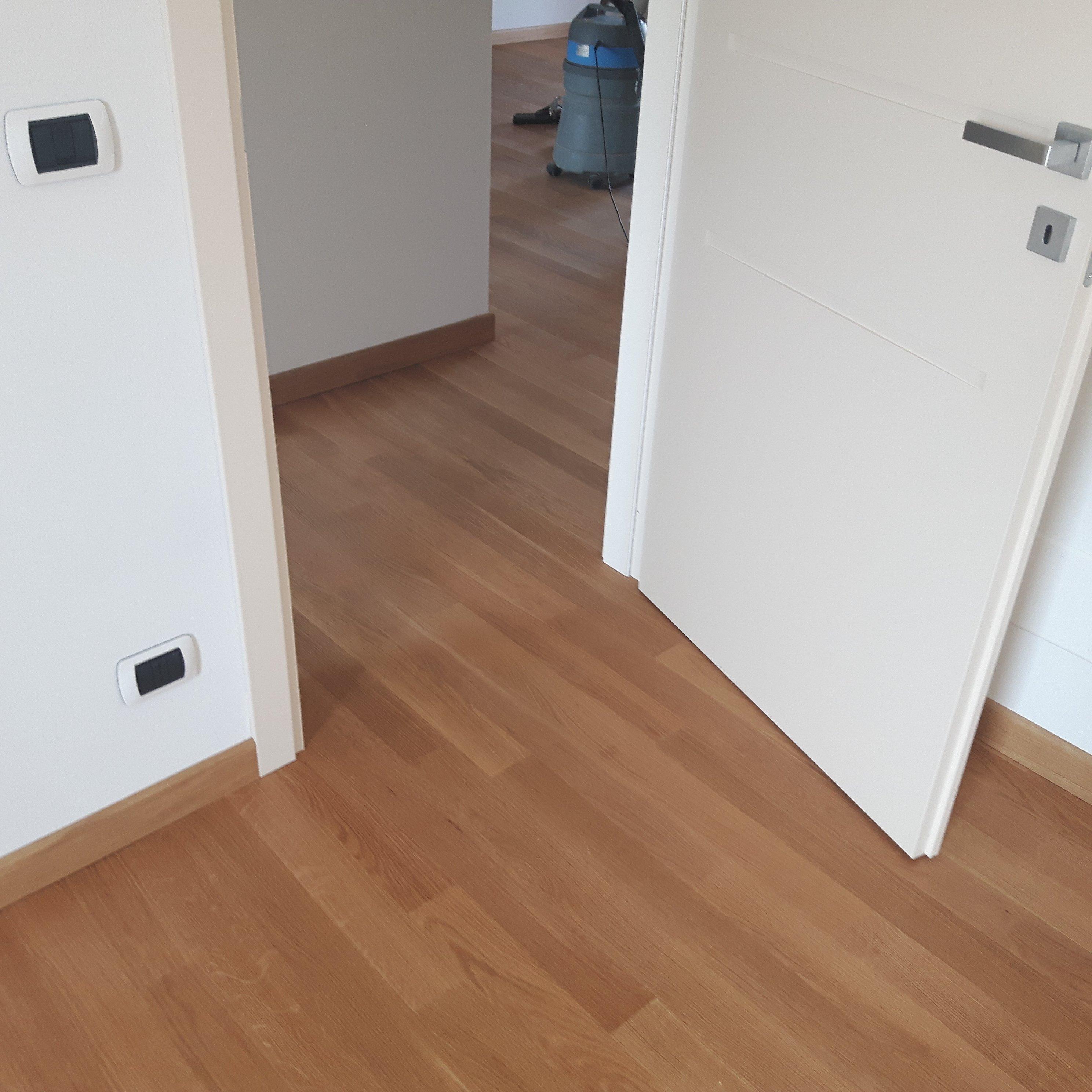 ingresso in una stanza con pavimento in parquet