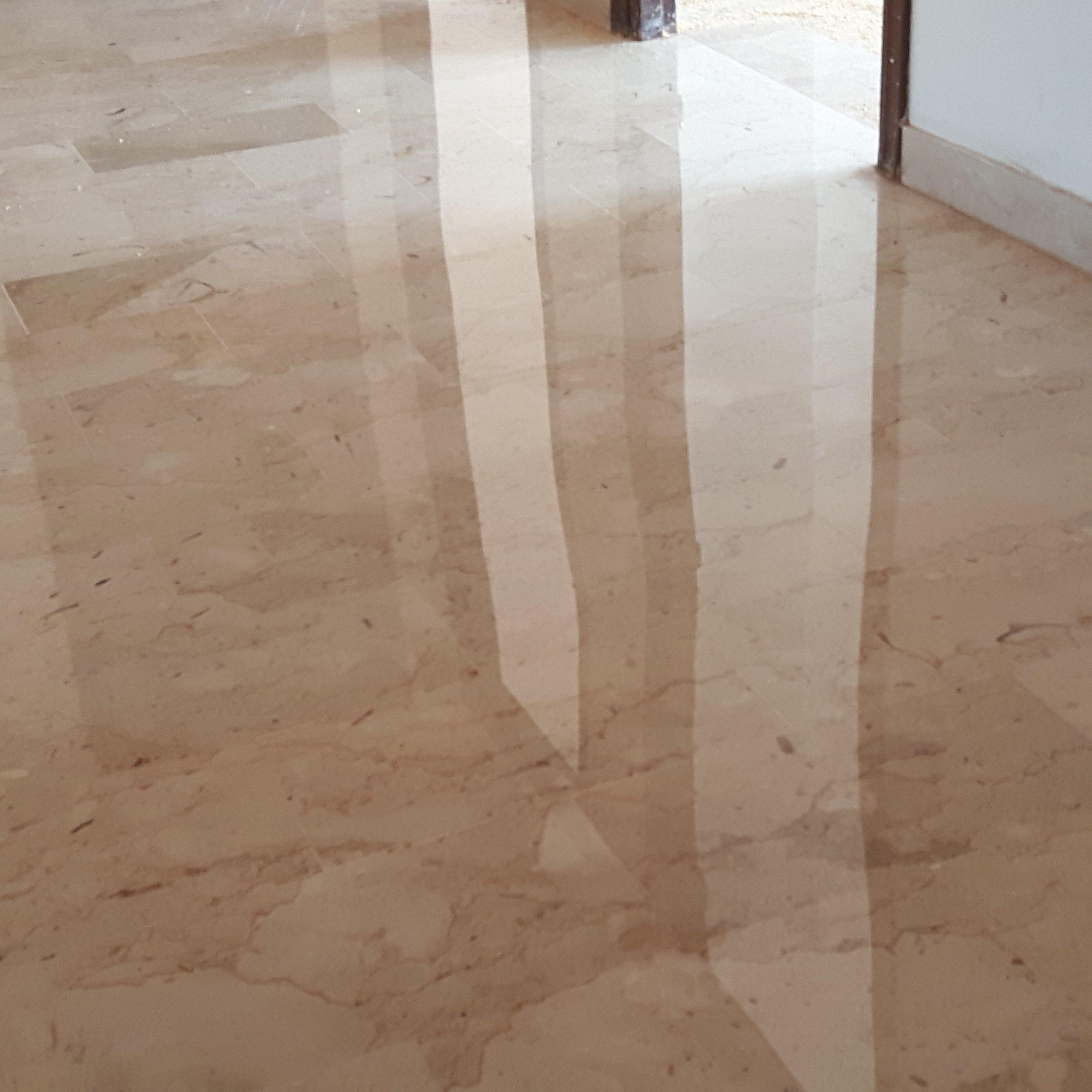 pavimento in marmo con riflesso di una finestra
