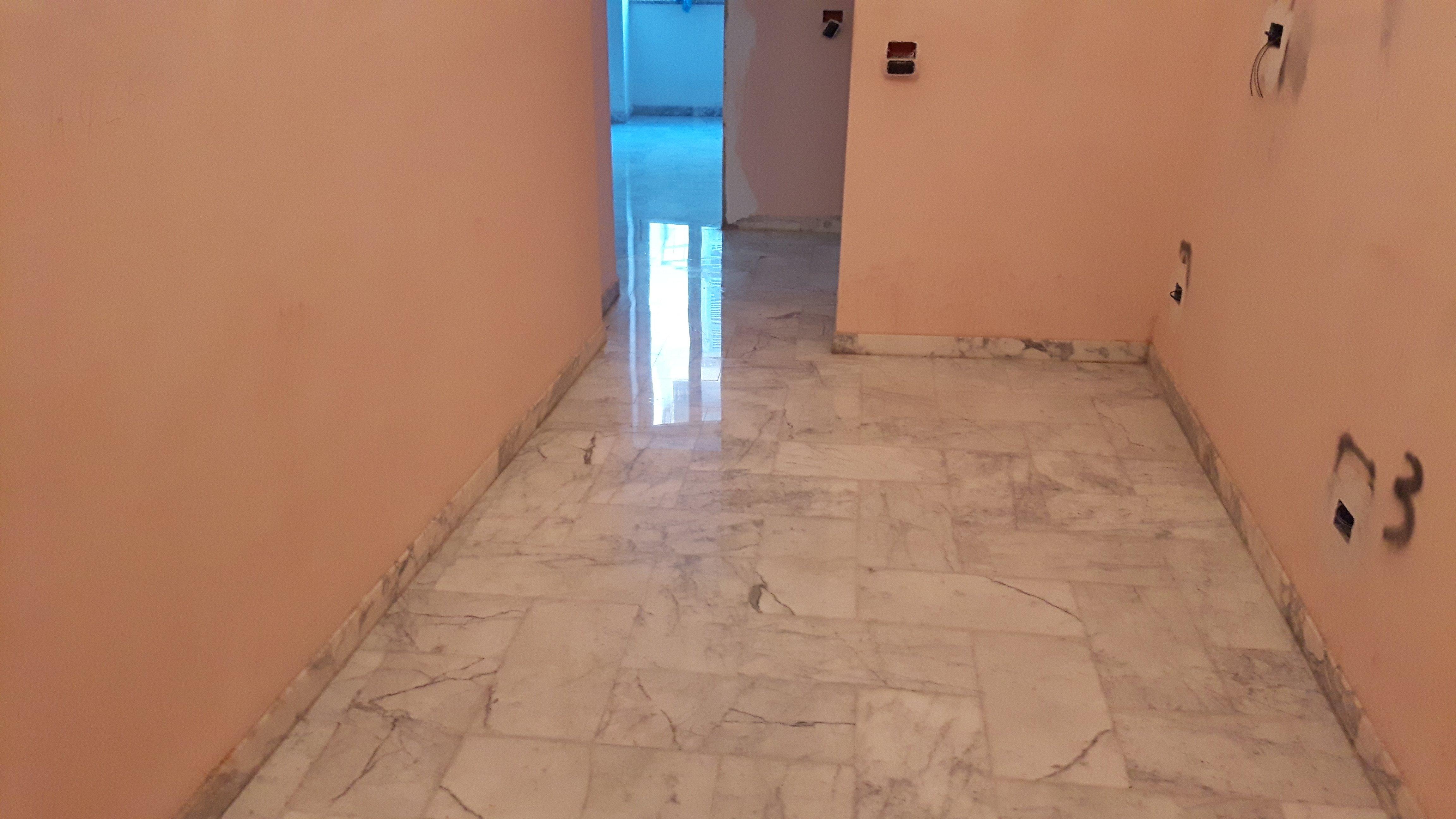 stanza in ristrutturazione con pavimento in marmo