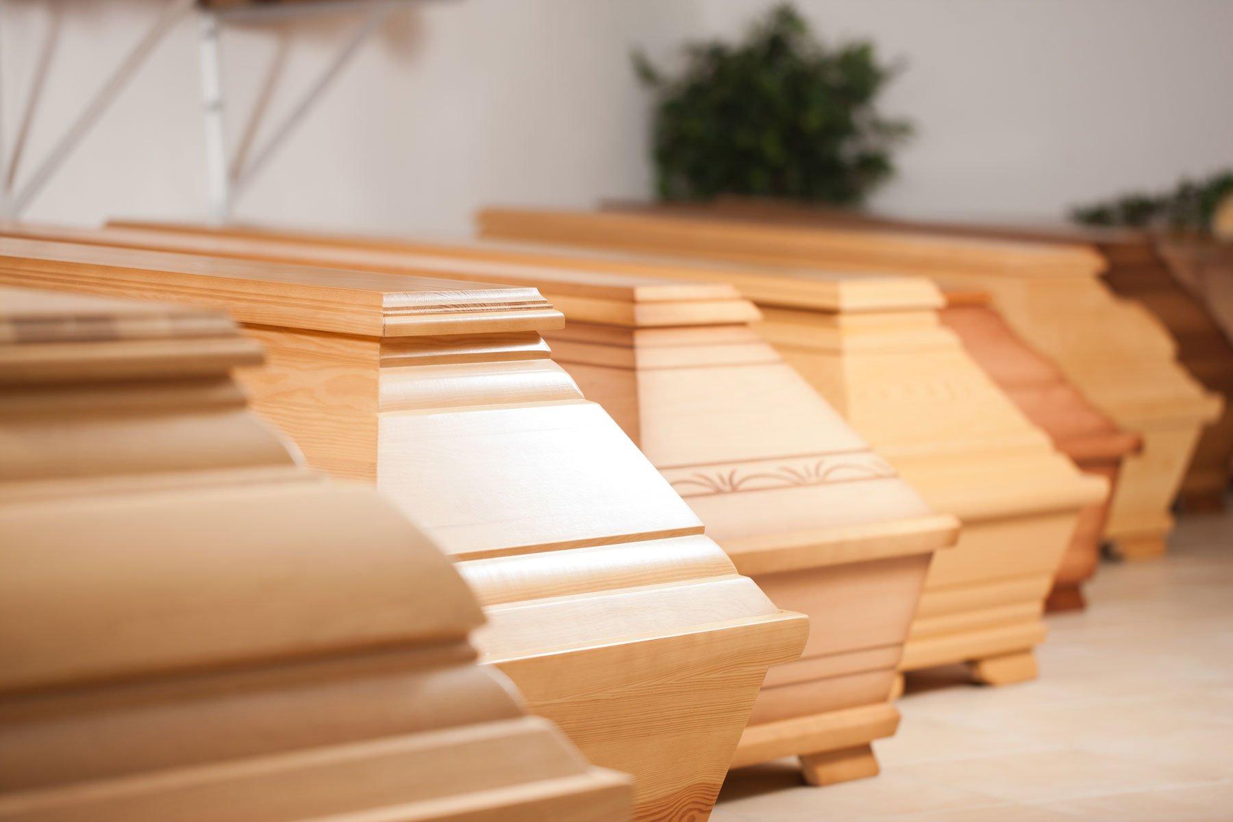 delle bare in legno color sabbia