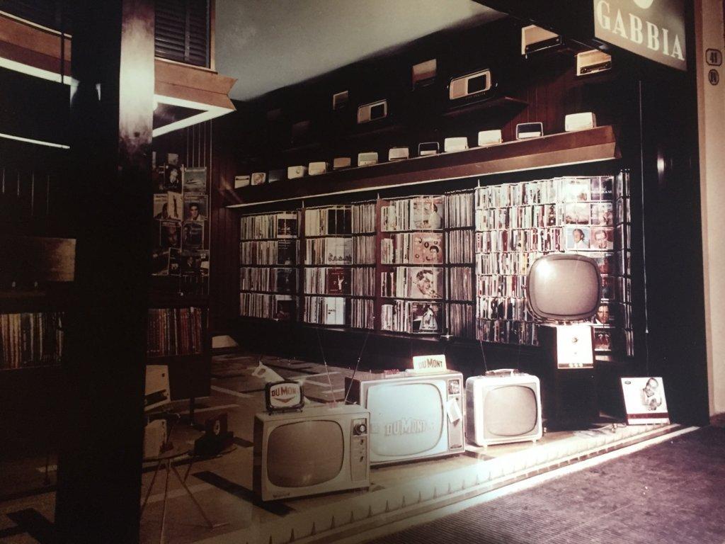 Televisioni a tubo catodico e scaffali pieni di dischi