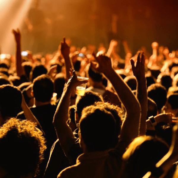 una folla con le mani in aria