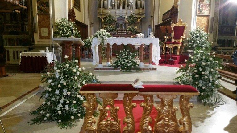 altare chiesa con addobbi floreali per celebrazione matrimonio