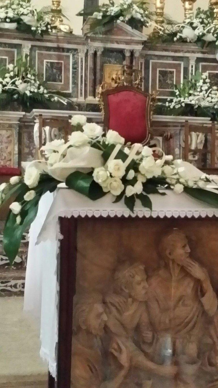 mazzo fiori bianchi sull'altare di una chiesa