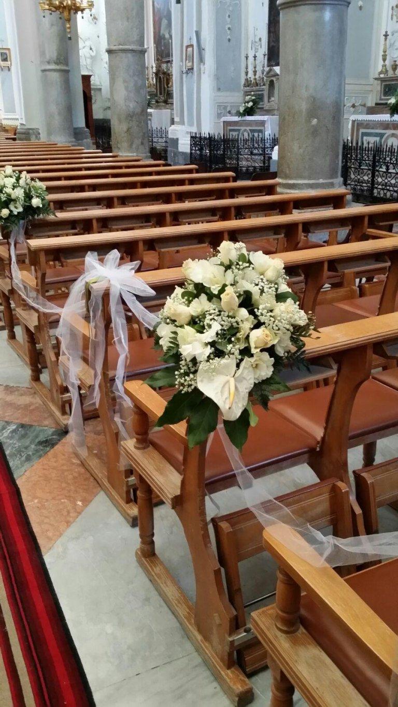 chiesa con addobbi floreali