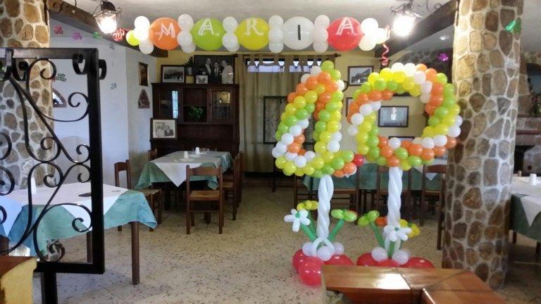 sala addobbata con palloncini