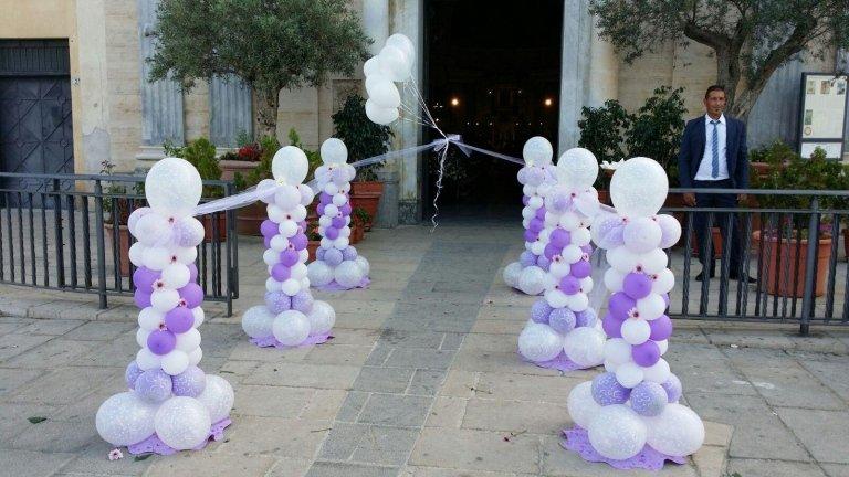 strutture di palloncini rosa e viola