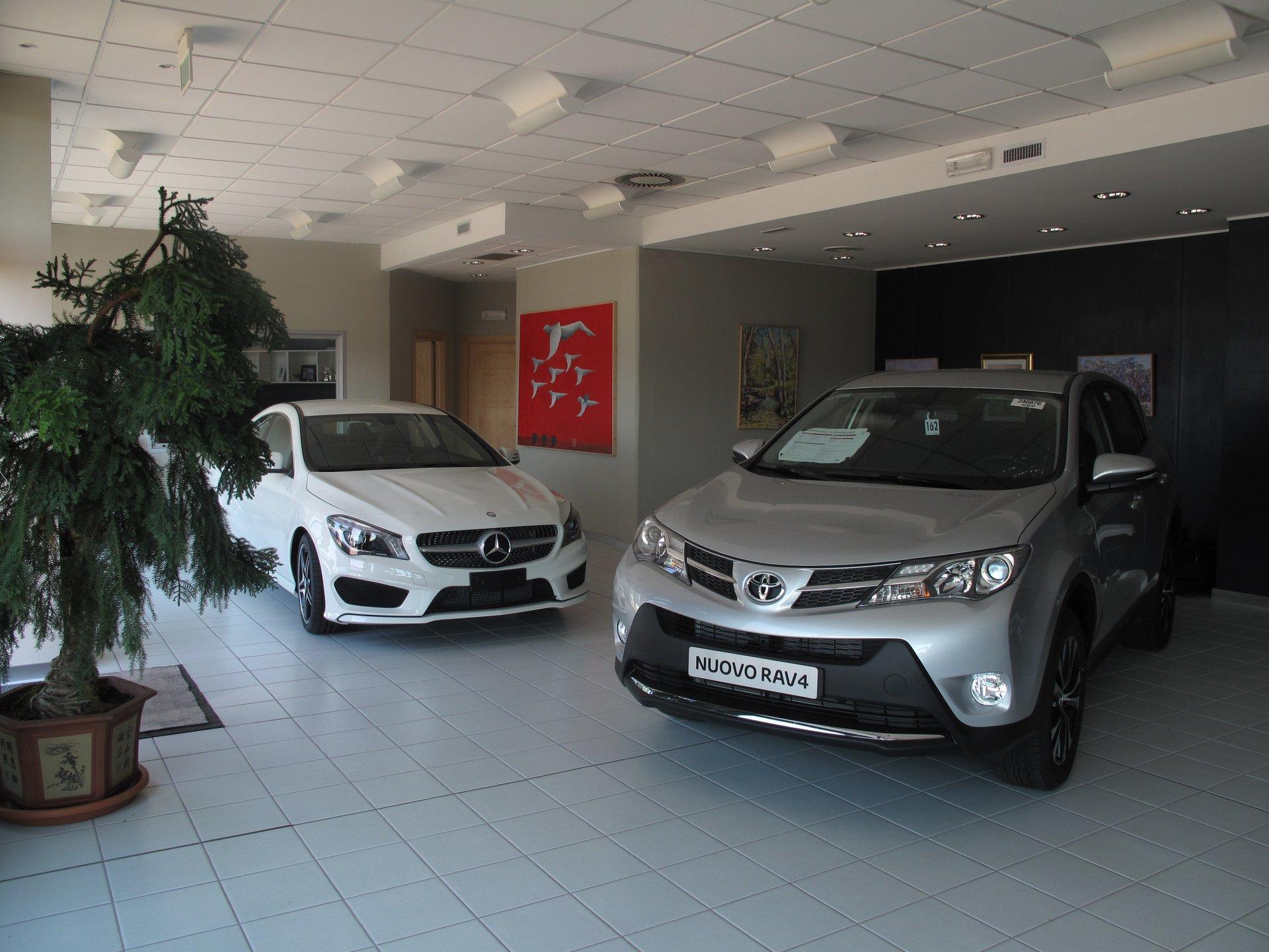 una Mercedes bianca e una Toyota Rav 4 grigia  nel concessionario Paolo Boninsegni  Automobili