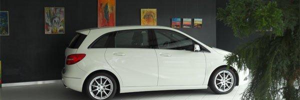 una vettura di color bianco