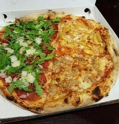 pizza con patatine fritte, funghi e rucola con bresaola