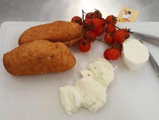 panzerotti con mozzarella e pomodorini a grappolo