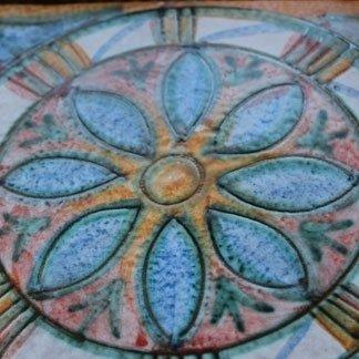 realizzazione ceramica con decorazione floreale