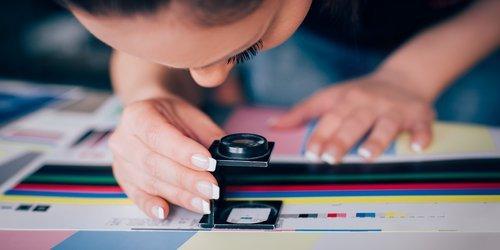 operatrice che controlla dei colori
