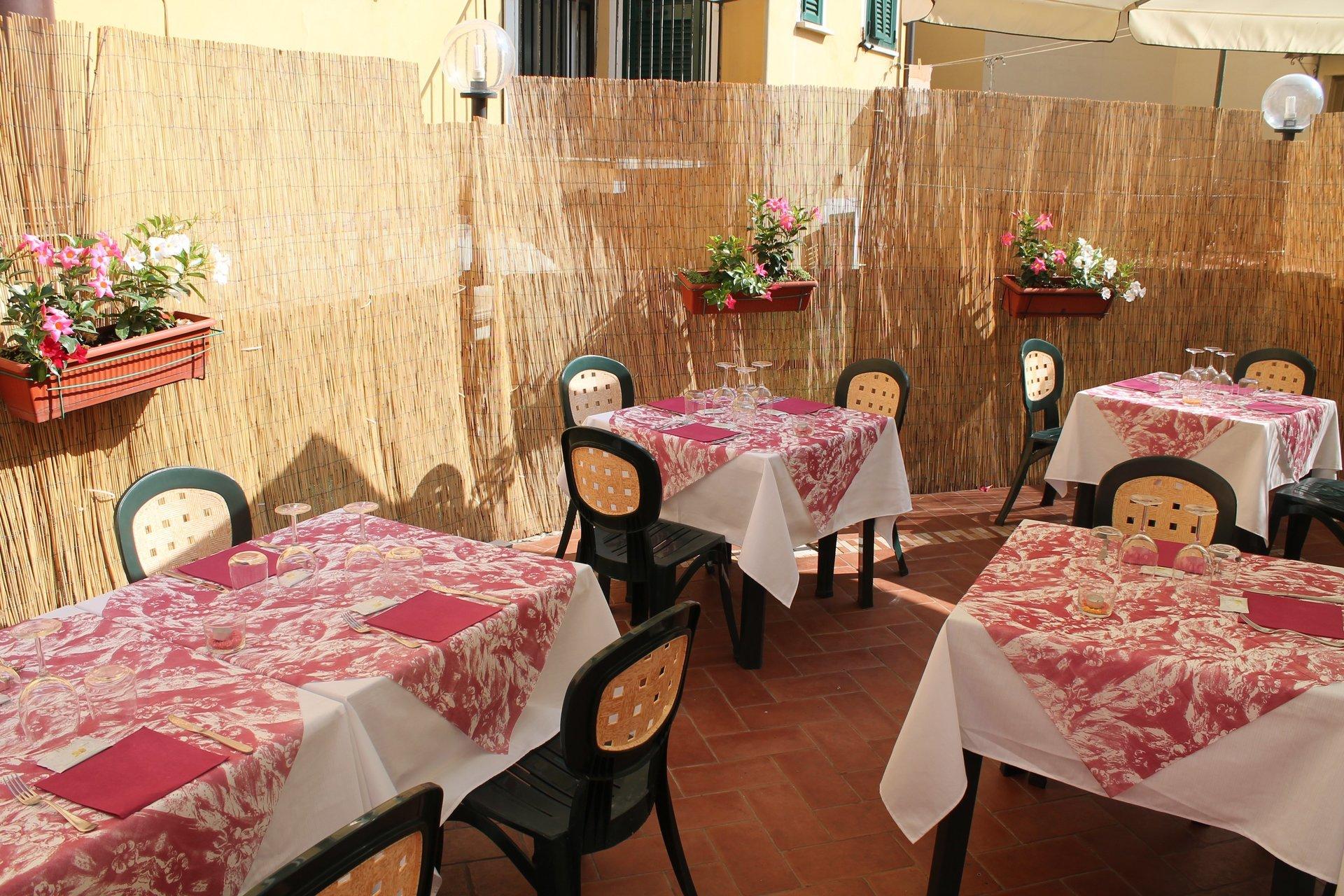 tavoli in una veranda all'aperto