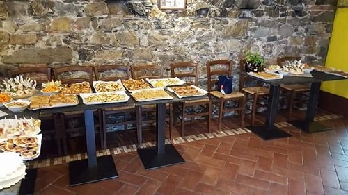 un buffet all'interno del ristorante