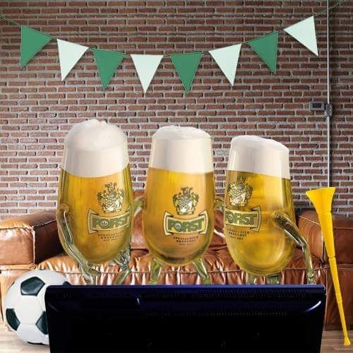 un monitor,tre bicchieri di birra e un pallone da calcio
