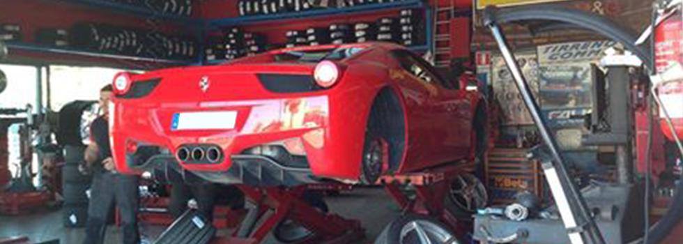 Cambio gomme di una Ferrari