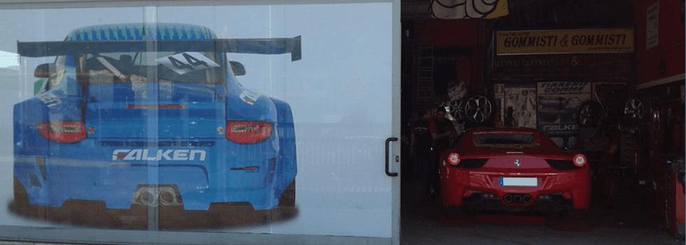 Auto sportiva in un'officina