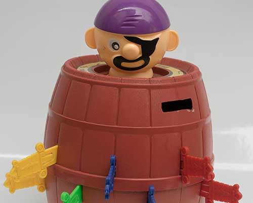 un gioco di un pirata in una botte con dei coltelli