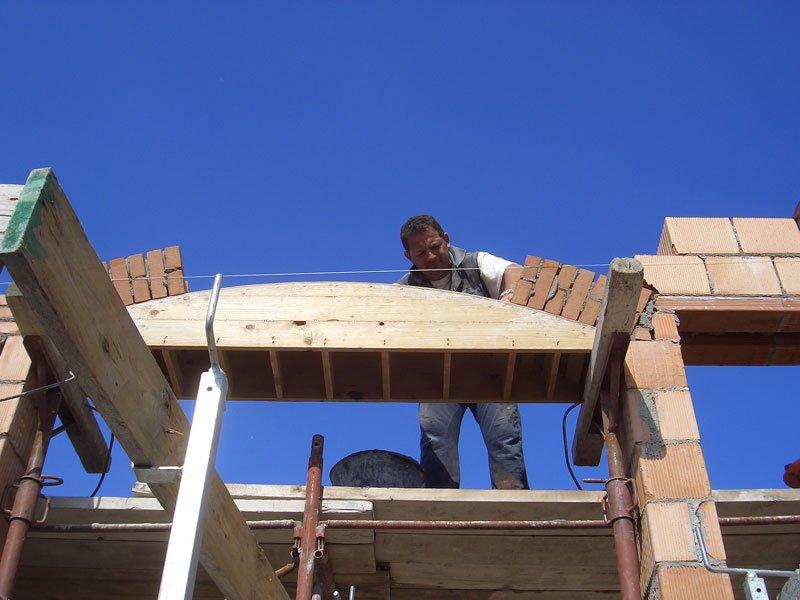operaio che costruisce una casa Mantova e provincia