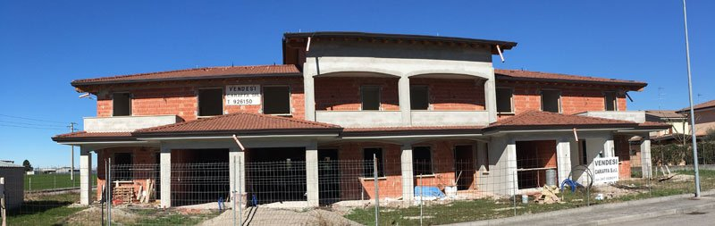casa grigia in costruzione