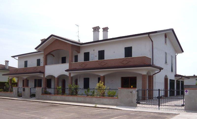 Grande casa bianca ristrutturata