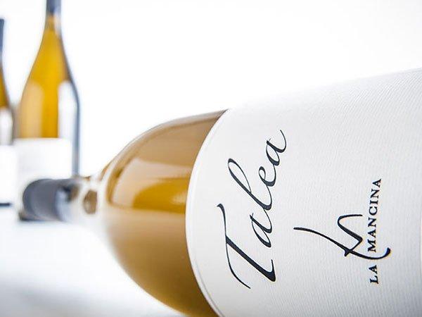una bottiglia di vino bianco Talea messa per il lungo
