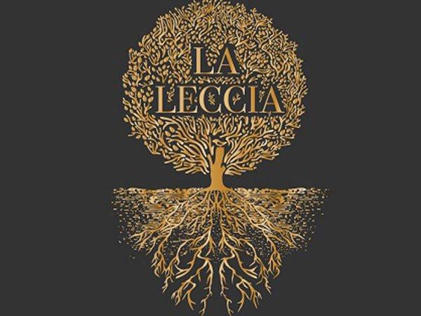 logo La Leccia con un albero di leccio dorato come sfondo