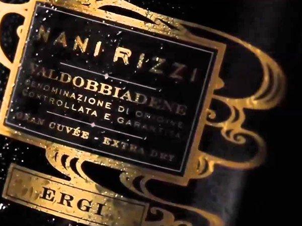 etichetta di un vino Mani Rizzi Valdobbiadene di color nero con scritta dorata