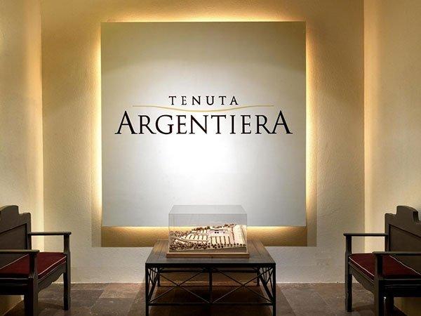 un rilievo luminoso con scritto Tenuta Argentiera