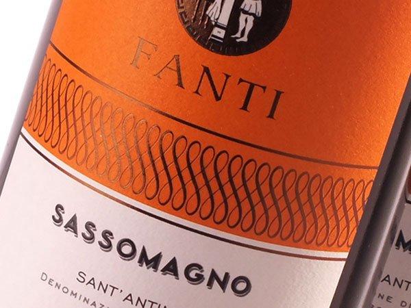 etichetta arancione di un vino Fanti Sassomagno