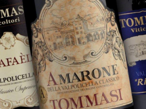 Una bottiglia di Amarone della Valpolicella Classico e accanto altre due bottiglie di vino
