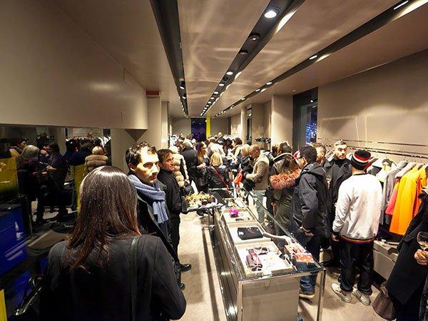 delle persone in piedi in un negozio di vestiti