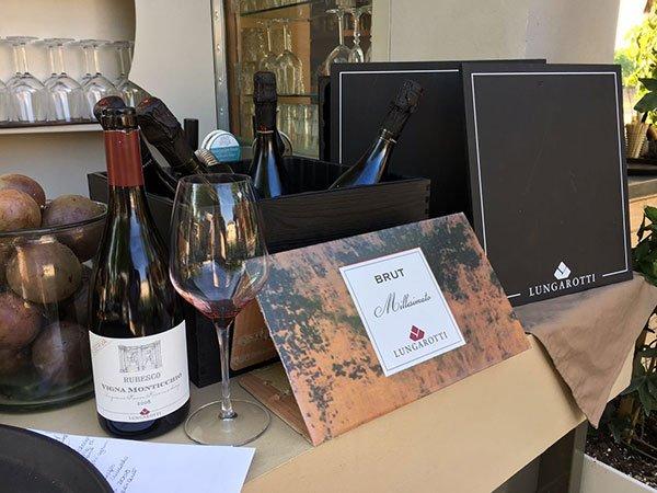 delle bottiglie di vino dentro e fuori da delle scatole e un bicchieri