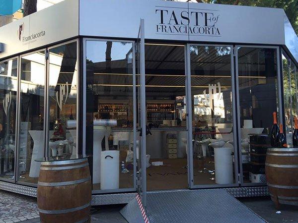 vista dall'esterno di un negozio con delle vetrine e l'insegna Taste Of Franciacorta
