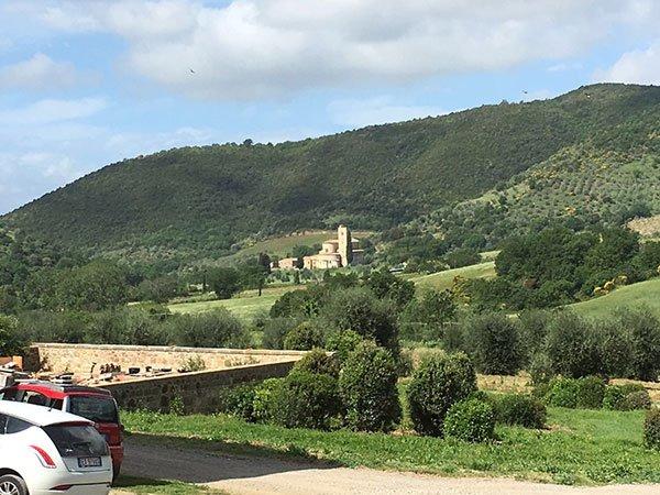 vista di alcune macchine parcheggiate sulla sinistra e del paesaggio di montagna