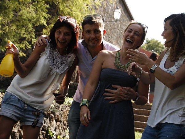un ragazzo e tre ragazze sorridenti che scendono una scala