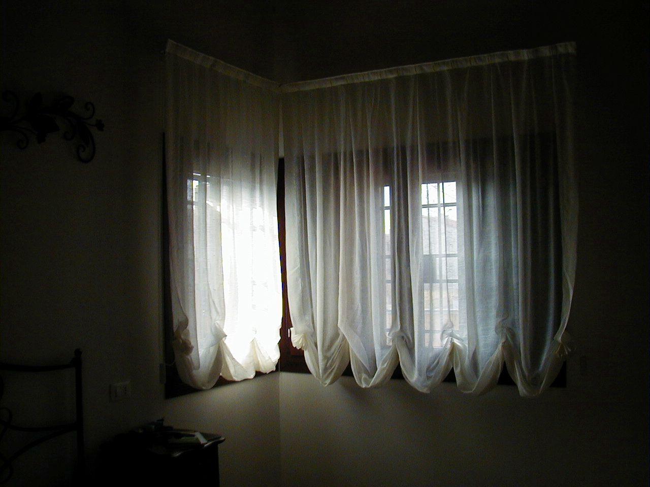 camera buia con tende