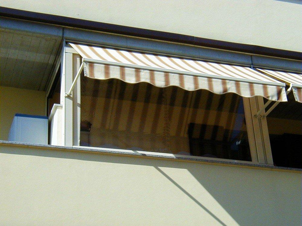 vista di balcone con tenda parasole