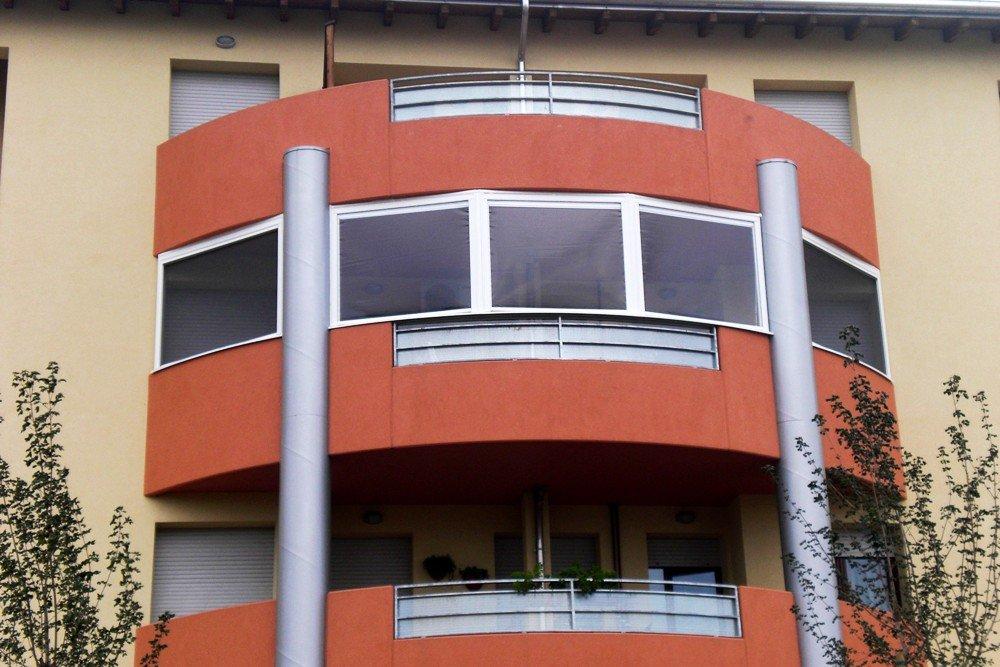 terrazzo di una casa rossa